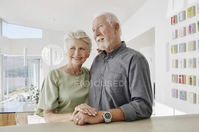 Улыбающаяся пожилая пара на роскошной вилле — стоковое фото