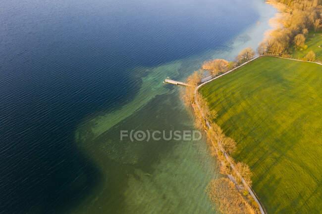 Germania, Baviera, Gmund am Tegernsee, Drone vista della riva alberata di Tegernsee — Foto stock