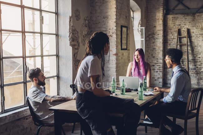 Творча команда проводить ділові зустрічі в офісі. — Stock Photo