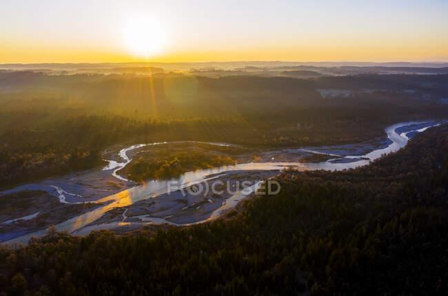 Alemania, Baviera, Wolfratshausen, Drone vista del río Isar al amanecer - foto de stock