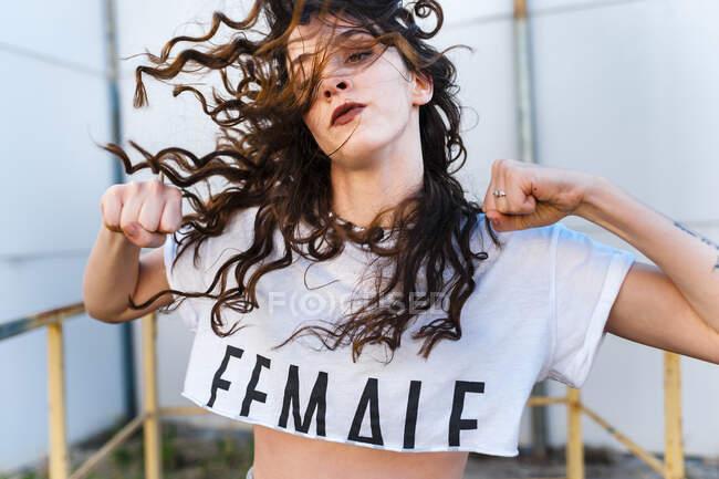 Fiduciosa ballerina hip-hop che balla sulla piattaforma idraulica — Foto stock