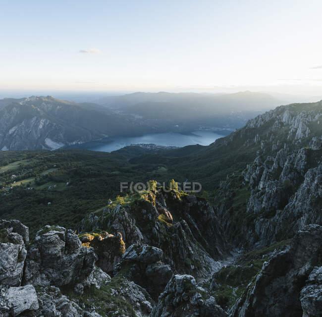 Vista panorámica de las cadenas montañosas contra el cielo al atardecer, Orobie, Lecco, Italia - foto de stock