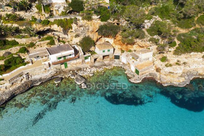 Spagna, Maiorca, Santanyi, Drone vista delle barche sulla costa rocciosa di Maiorca — Foto stock