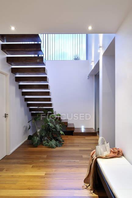 Escalera en el hogar moderno - foto de stock