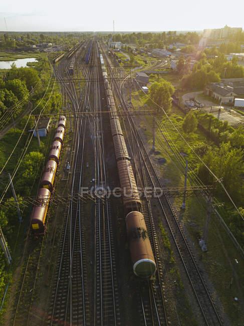 Rusia, Óblast de Leningrado, Tikhvin, Vista aérea de los vagones estacionarios al atardecer - foto de stock