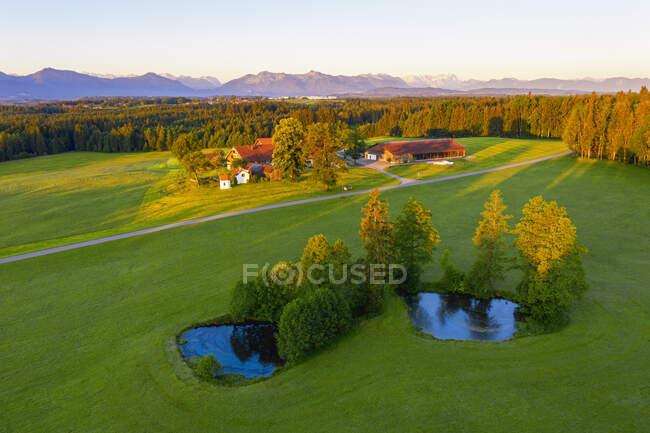 Alemanha, Baviera, Alta Baviera, Tolzer Land, perto de Eurasburg, Winkl, Campos e viveiros de peixes, vista aérea — Fotografia de Stock