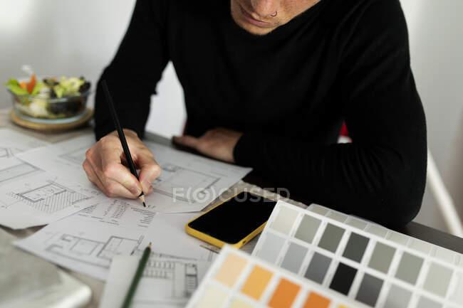 Architecte masculin travaillant sur croquis à la maison — Photo de stock