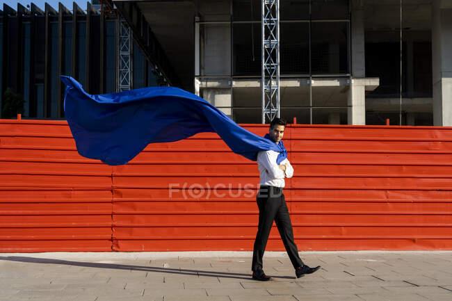 Конфідент - бізнесмен у супергеройському плащі в місті. — стокове фото