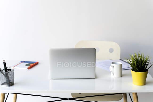 Ноутбук на столі в офісі. — стокове фото