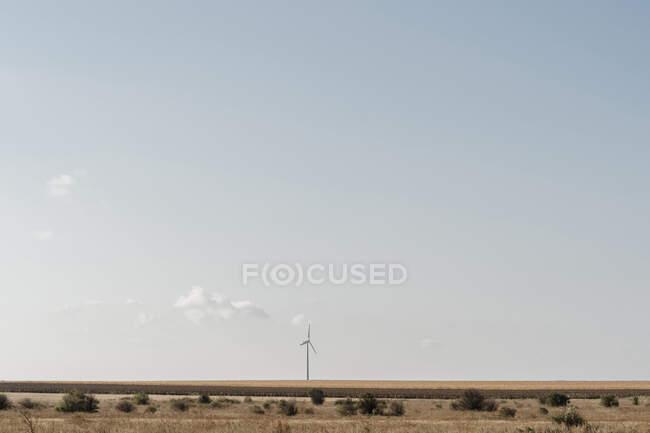 Чисте небо над одновітровою турбіною. — стокове фото