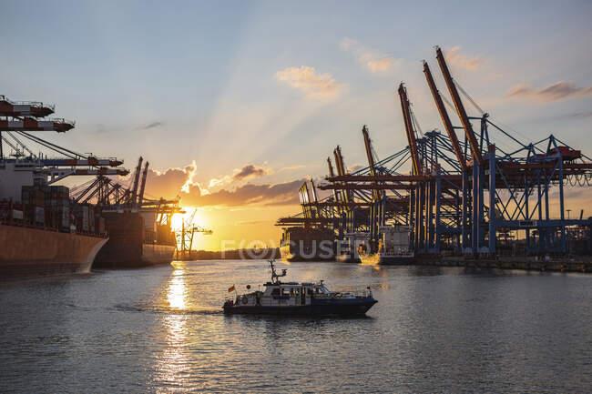 Nave da carico al tramonto, Thailandia — Foto stock