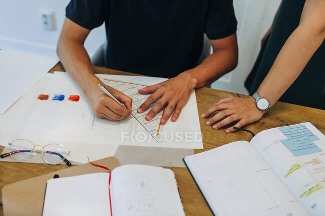 Colleagues working on new project at office — Stock Photo