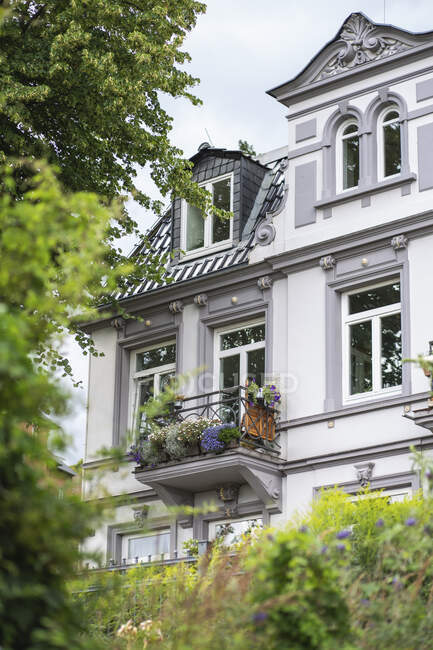 Germany, Hamburg, White painted residential building in summer — Stock Photo