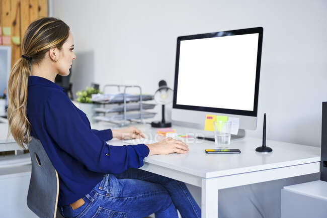 Femme d'affaires créative utilisant l'ordinateur au bureau — Photo de stock