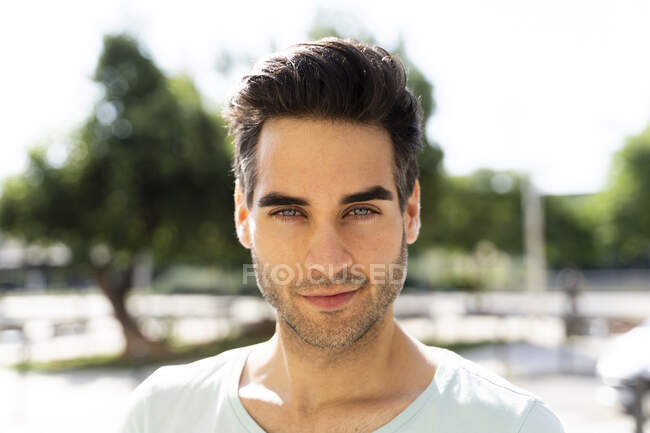 Confident man in city during sunny day — Stockfoto