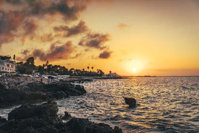 Spagna, Provincia di Alicante, Denia, Costa rocciosa del Mediterraneo al tramonto lunatico — Foto stock