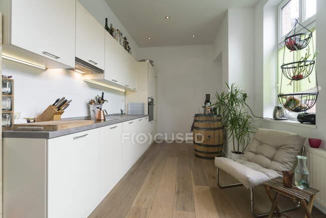 Маленькая кухня квартиры на заднем плане — стоковое фото