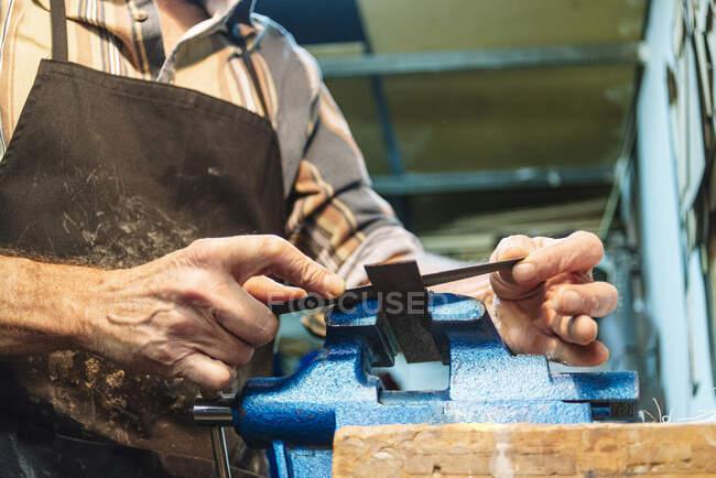Ältere Männer arbeiten im Stehen in Werkstatt — Stockfoto