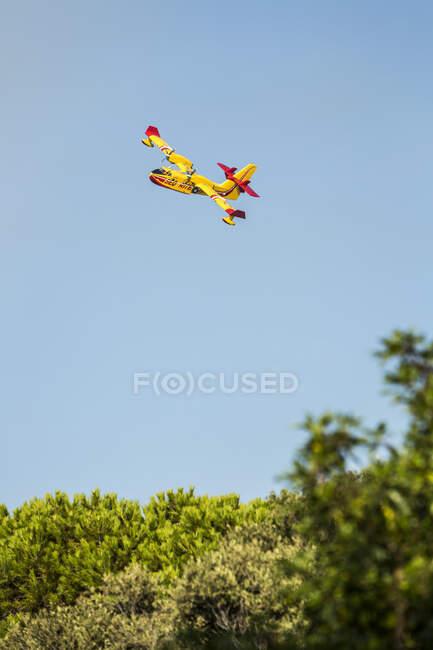 Aviones de extinción de incendios aéreos bajando a recoger agua, Córcega, Francia - foto de stock