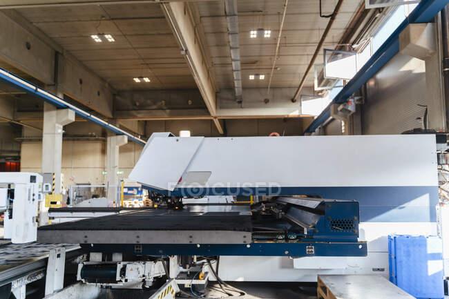 Производственное оборудование на заводе — стоковое фото