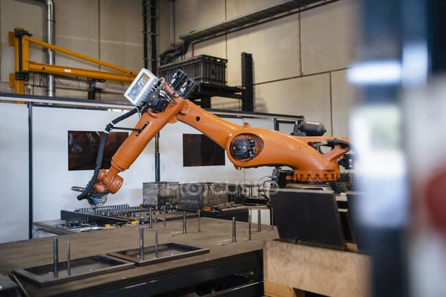 Промислові роботи в промисловості. — стокове фото