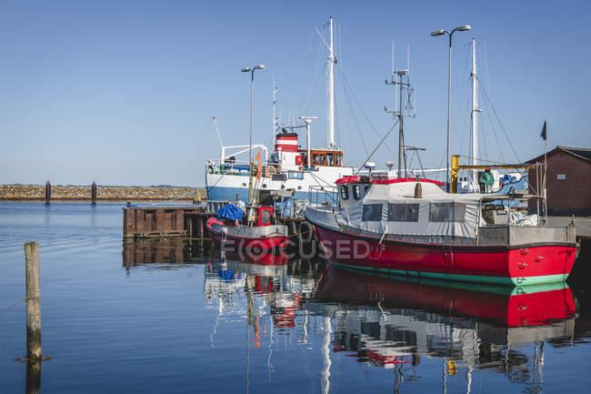 Dinamarca, Región del Sur de Dinamarca, Marstal, Barcos de pesca amarrados en puerto deportivo - foto de stock