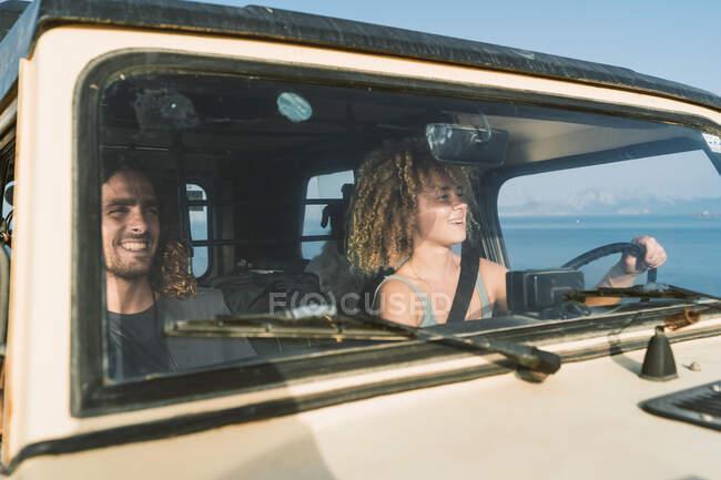 Смолянка за рулем сидела рядом с мужчиной в машине на пляже — стоковое фото