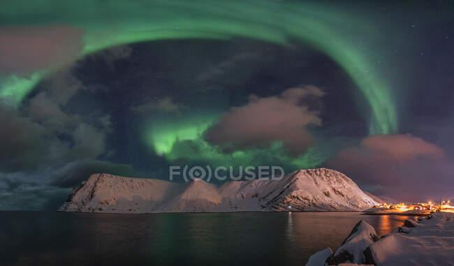 Luci settentrionali sopra la città, Sorvaer, Isola di Soroya, Norvegia — Foto stock