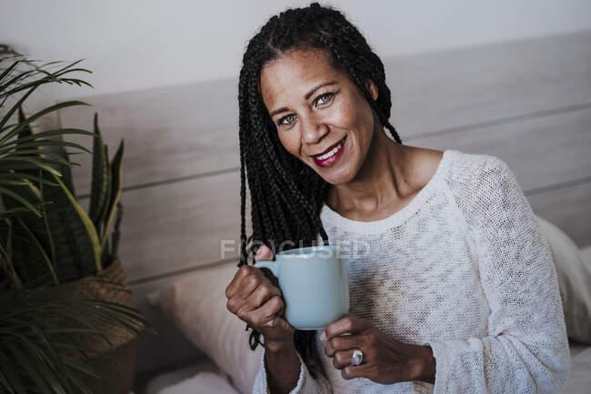 Усмішка дорослої жінки п