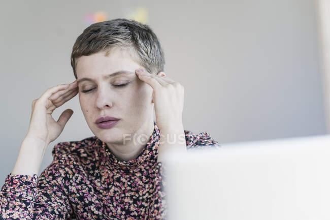 Portrait of businesswoman having headaches - foto de stock