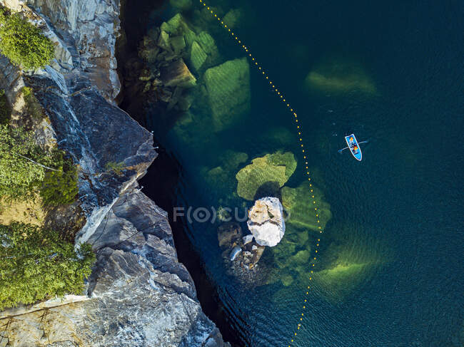 Rusia, República de Karelia, Ruskeala, Vista aérea del barco frente al acantilado de mármol en el borde del lago de mármol - foto de stock