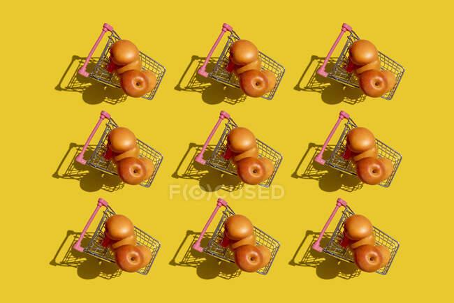 Зразки свіжих абрикосів у мініатюрних торговельних візках. — стокове фото