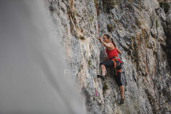 Fiduciosa arrampicatrice femminile — Foto stock