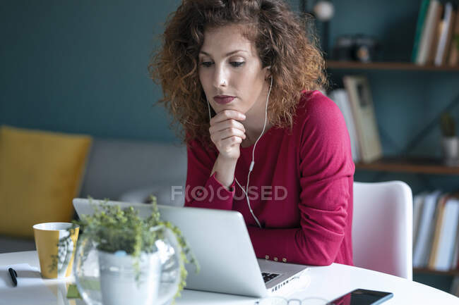 Businesswoman on video conference call looking at laptop while working from home — Stock Photo