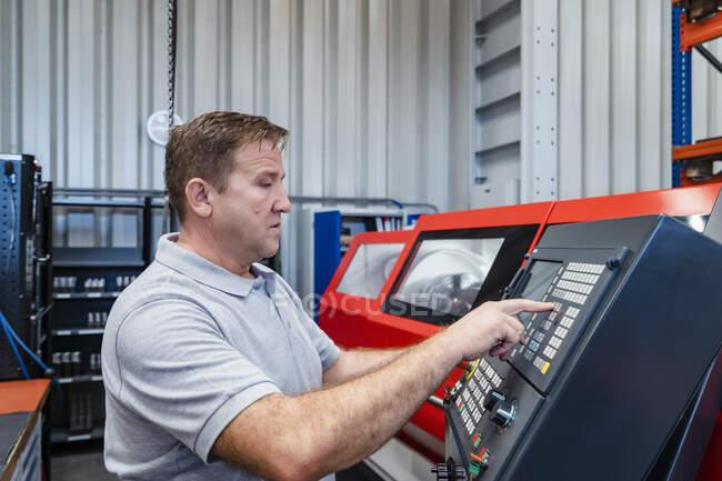 Trabalhador manual industrial painel de controle de operação na indústria — Fotografia de Stock