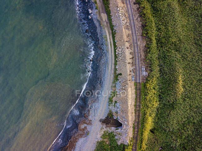 Vista aérea de vías férreas vacías que se extienden a lo largo de la costa - foto de stock
