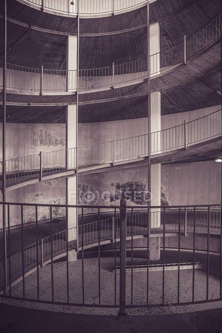 Arquitectura moderna, hormigón e interiorismo urbano. - foto de stock