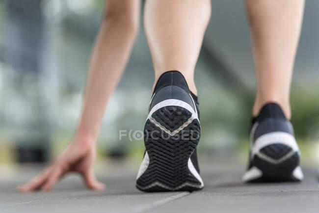 Pernas de mulher jovem exercendo no caminho — Fotografia de Stock