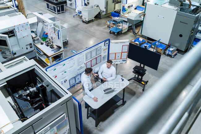 Коллеги-мужчины с ноутбуком на столе стратегии планирования на заводе — стоковое фото