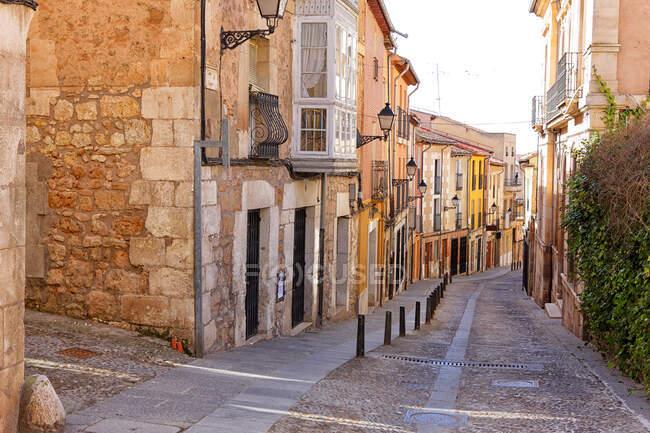 Espanha, Província de Burgos, Lerma, Casas antigas ao longo de calçada vazia cidade rua — Fotografia de Stock