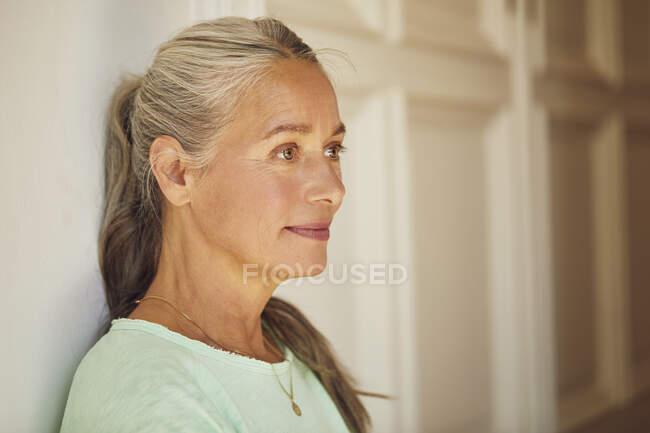 Зламана жінка, яка озирається додому. — стокове фото