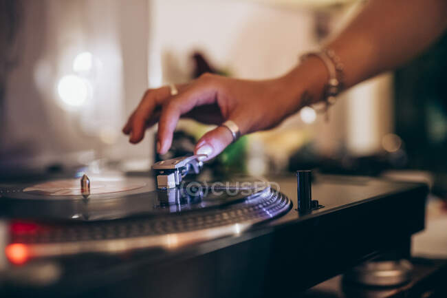 Zugeschnittenes Bild einer Frau, die während einer Party zu Hause Plattenspieler benutzt — Stockfoto