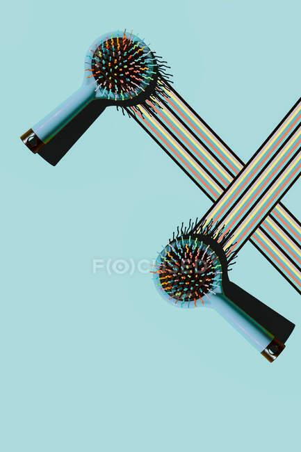Estudio de dos cepillos azules dejando senderos coloridos - foto de stock