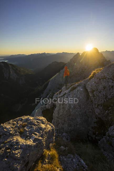 Veduta posteriore dell'escursionista al tramonto, Gimpel, Tirolo, Austria — Foto stock