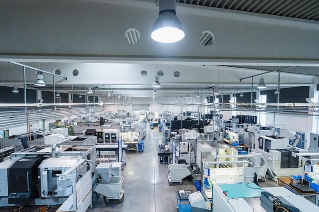 Автоматизовані машини на заводі. — стокове фото