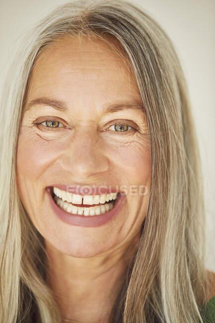 Primer plano de la alegre mujer madura en casa - foto de stock