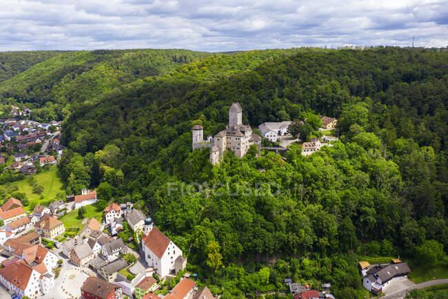 Alemania, Baviera, Kipfenberg, Drone vista del castillo de Kipfenberg en primavera - foto de stock