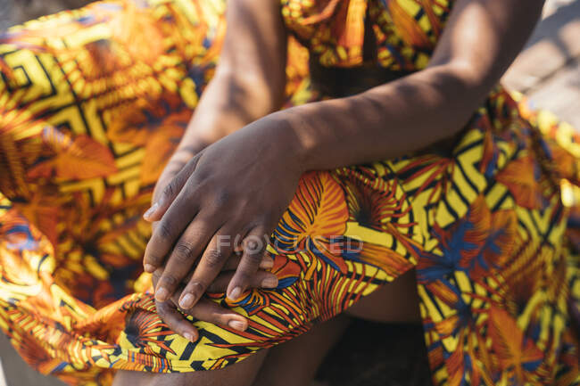Молода жінка в традиційному одязі сидить на підлозі. — стокове фото