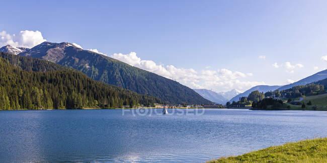 Panorama del lago di Davos nella soleggiata giornata estiva — Foto stock