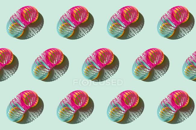 Patrón de filas de resortes Slinky de plástico - foto de stock